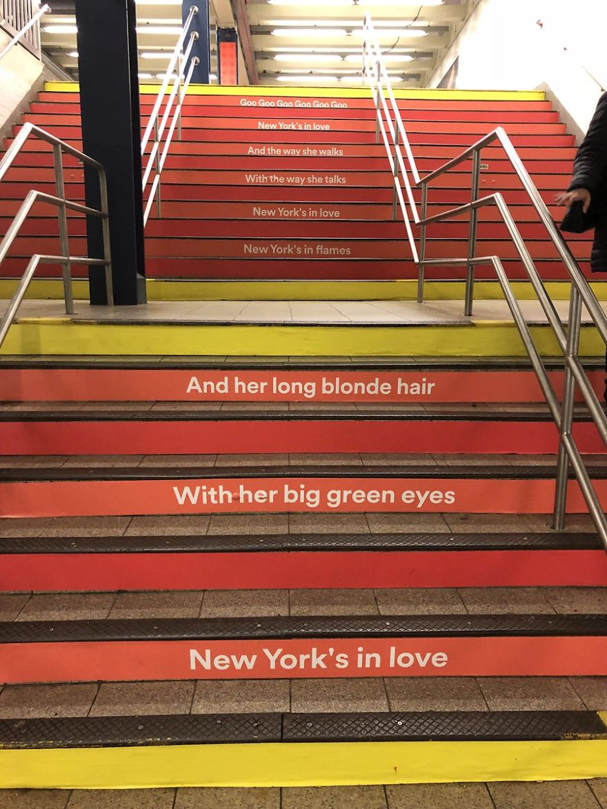 Schody metra, na których uwiecznione zostały teksty piosenek Bowiego