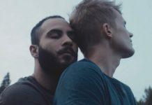 Dwóch przytulających się mężczyzn