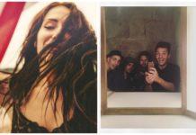 Dziewczyna z rozpuszczonymi włosami i grupa chłopaków robiąca selfie w lustrze