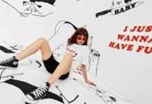 Dziewczyna w szortach i koszulce na tle z grafikami