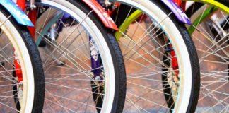 Cztery koła od roweru z bieżnikiem w kwiaty