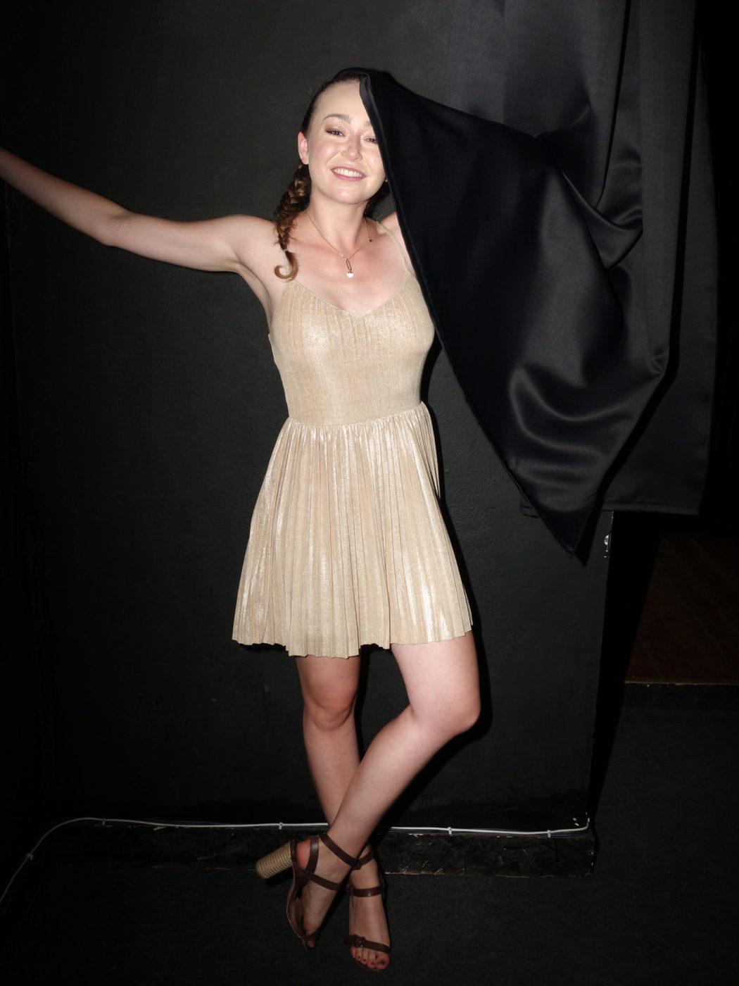 dziewczyna w połyskującej sukience