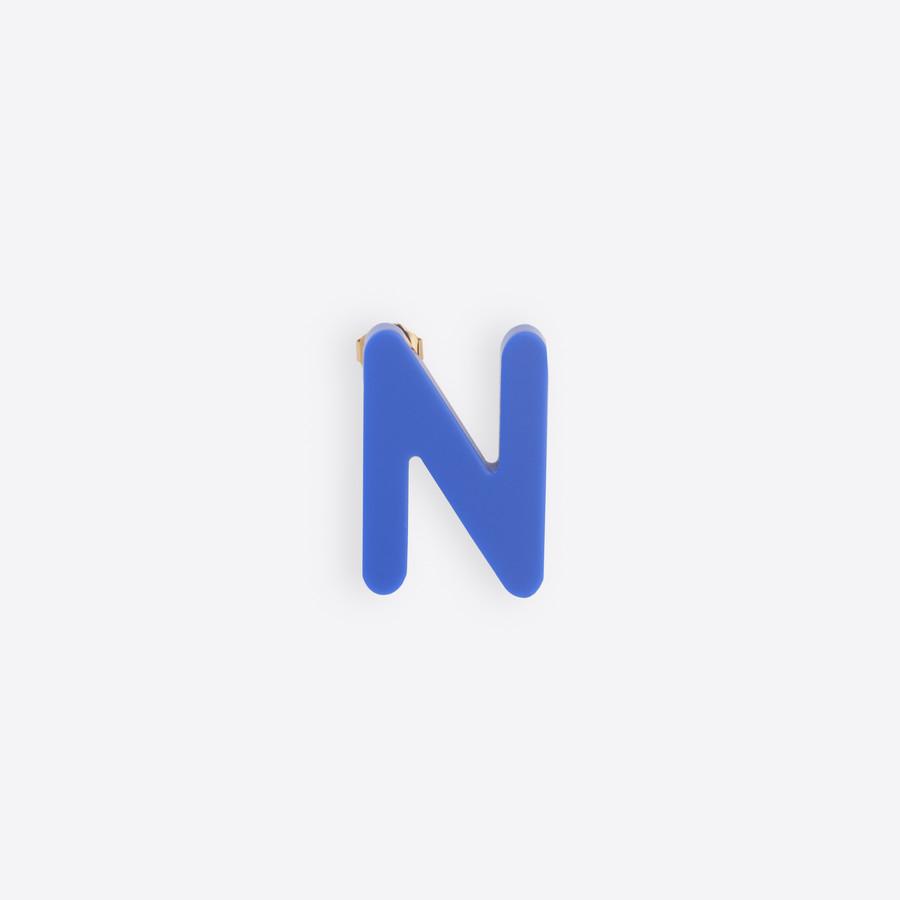 Niebieska litera N na białym tle.