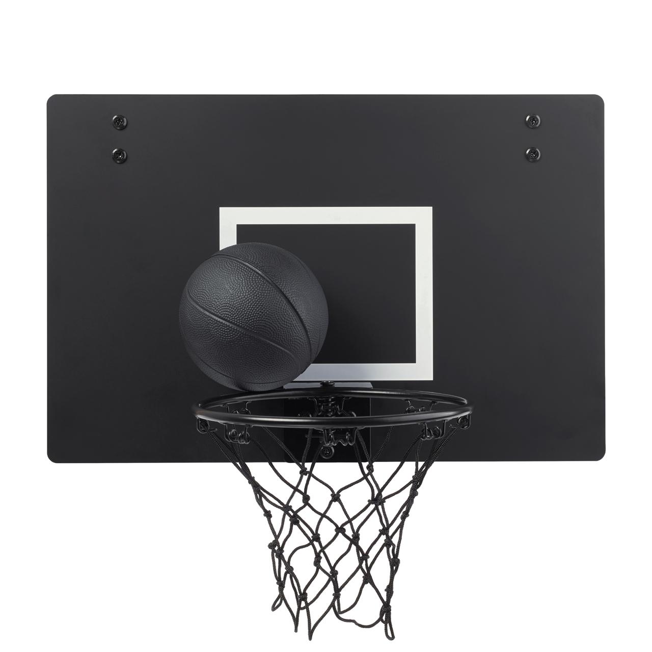 Czarny kosz do gry i czarna piłka koszykowa na białym tle.
