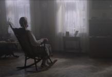 Kobieta na bujanym fotelu odwrócona tyłem do obiektywu
