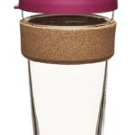 Wysoki szklany kubek z różową pokrywką i korkową obręczą u góry