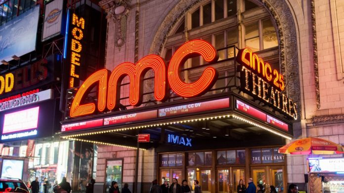 Na zdjeciu widac napis AMC przy wejsciu do kina