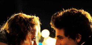 Chłopak i dziewczyna patrzący sobie w oczy