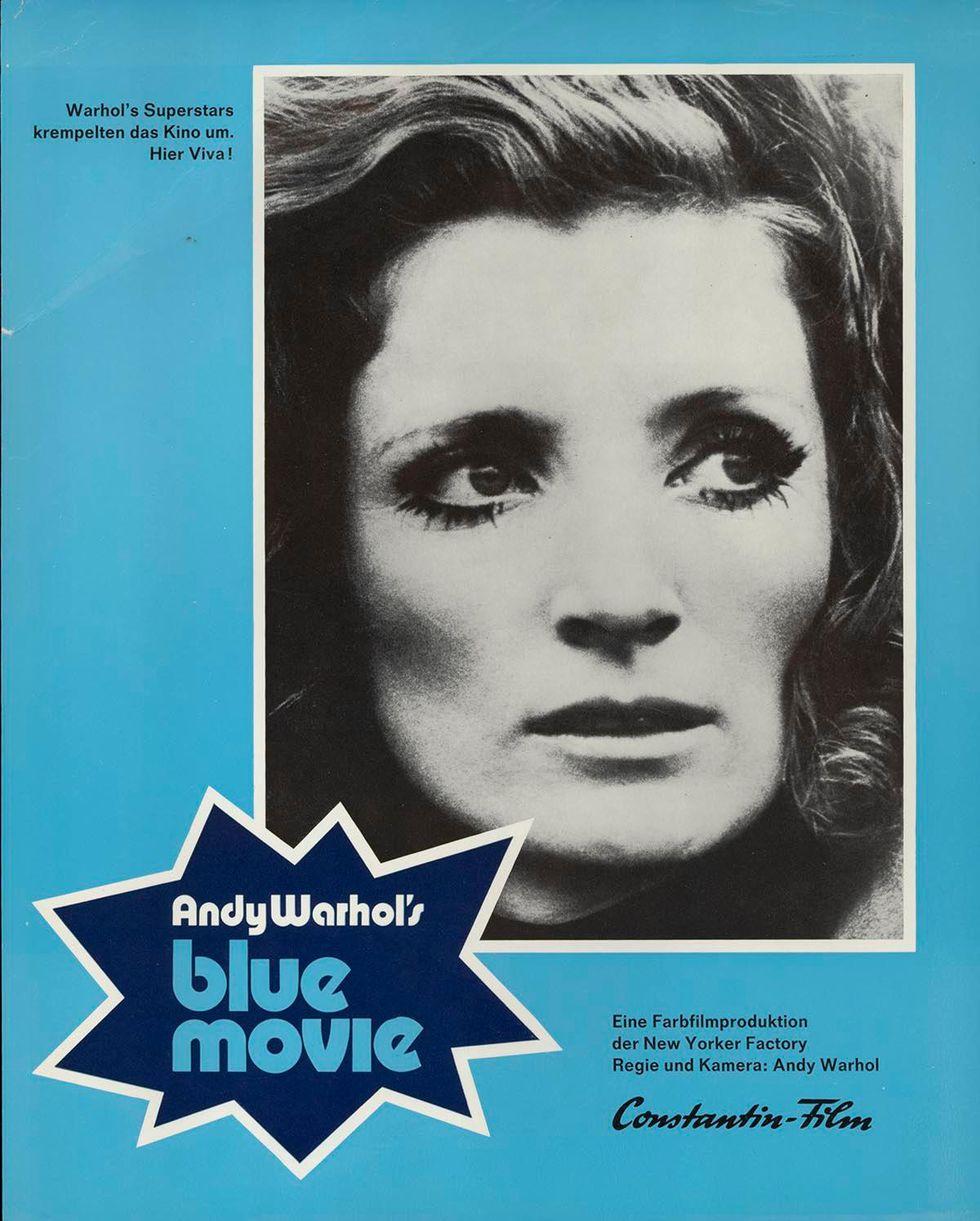Niebieski plakat promujacy film porno z czarnobialym portretem kobiety - Blue Movie