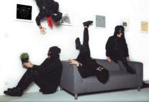 Cztery na czarno ubrane osoby, z zakrytą twarzą leżace na kanapie, koło kanapy i na ścianie