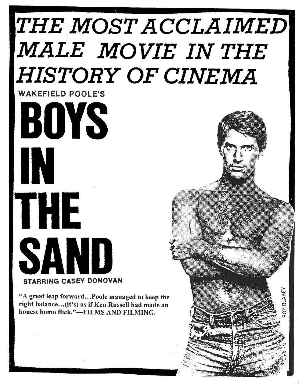 Plakat promujacy film porno ze skserowanym zdjeciem mezyczyzny z nagim torsem - Boys in the sand