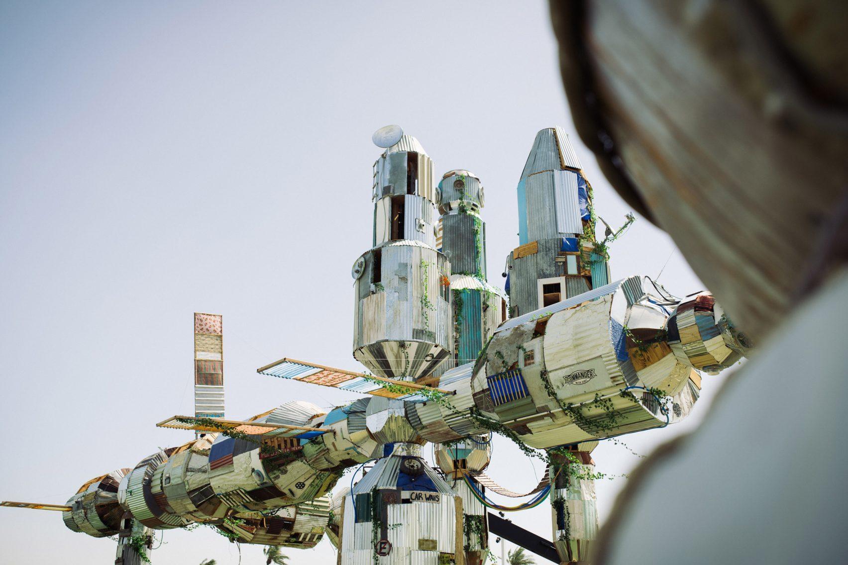 Forma przypominająca statek kosmiczny wykonana ze śmieci.