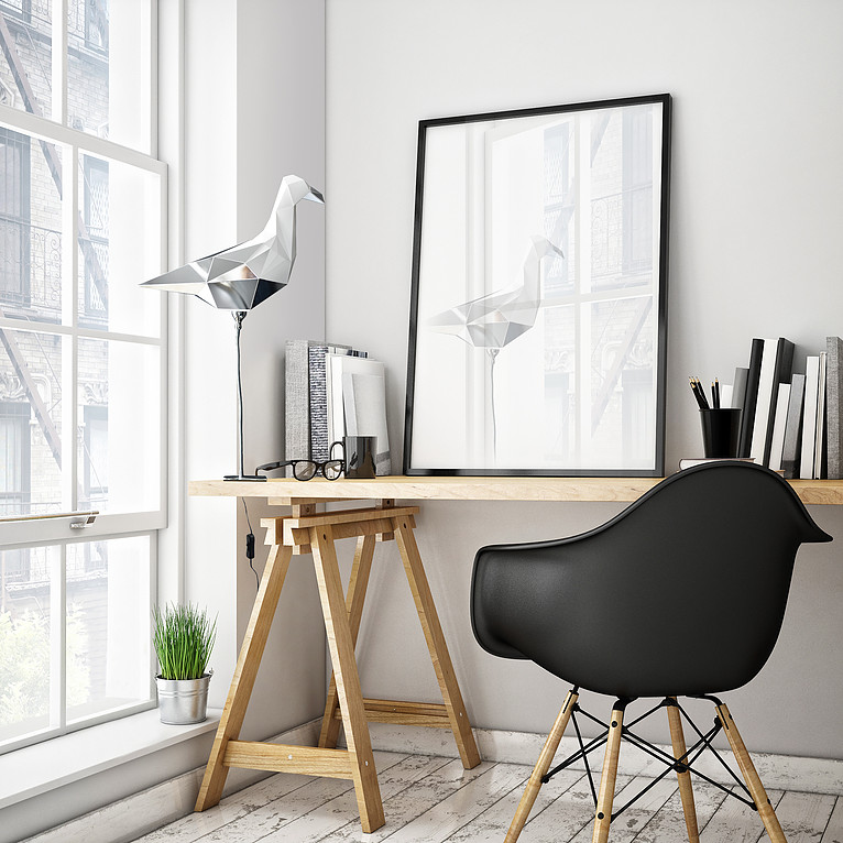 Zdjęcie wnętrza z drewnianym biurkiem i czarnym krzesłem