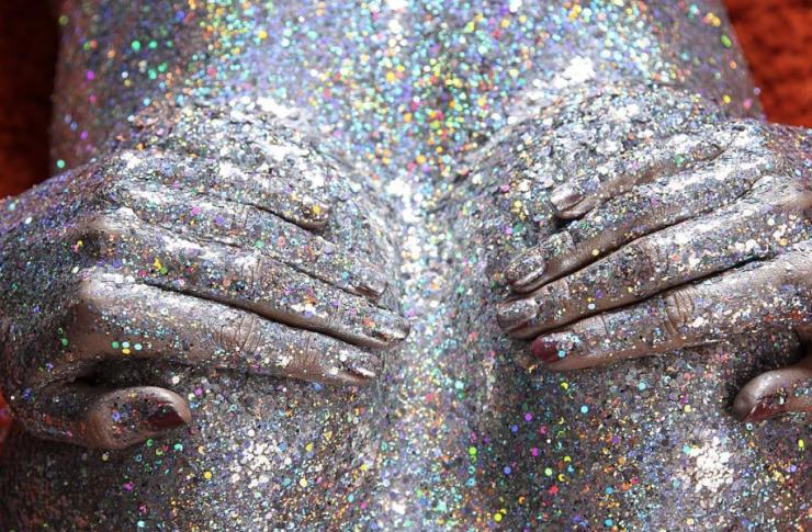 Piersi pomalowane brokatową farbą
