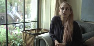 Blondynka siedząca na fotelu w mieszkaniu