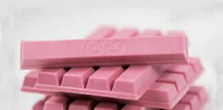 Różowy batonik na białym tle