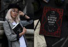 Na zdjeciu widzimy blondynke w kaszkiecie i marynarce w krate oparta o starodawny mur trzymajaca w reku kalendarz, a obok notest Little Witch's Diary