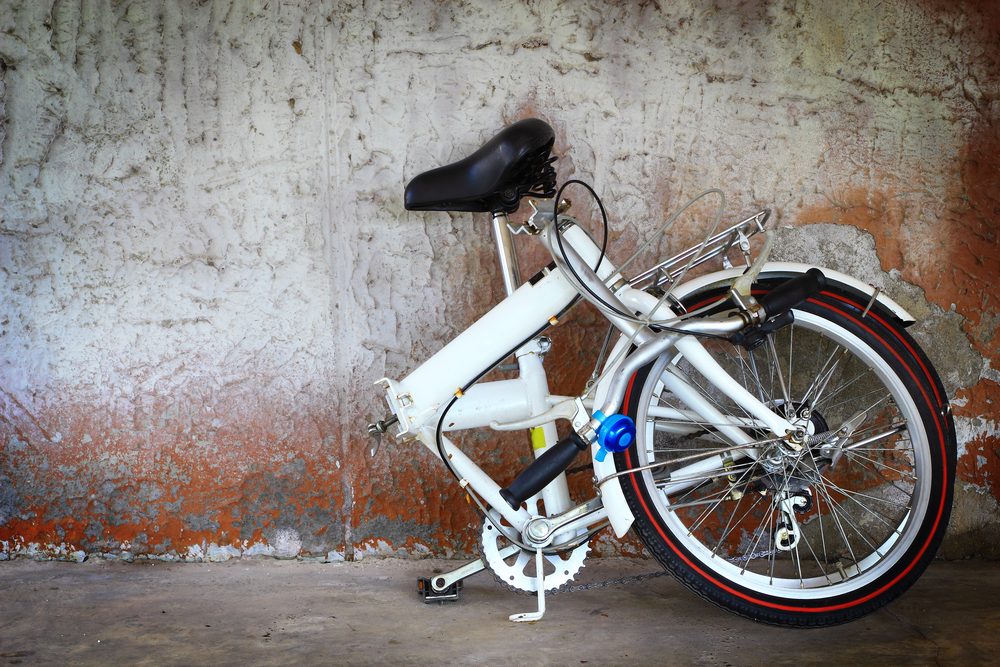 Składany rower przy ścianie
