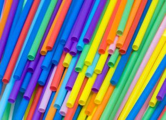 Wielokolorowe plastikowe rurki do napojów.