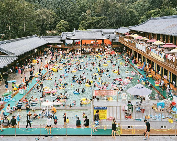Zatłoczony teren wypoczynokwy z basenem