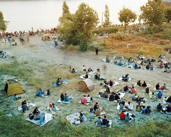 Ludzie wypoczywający na trawie