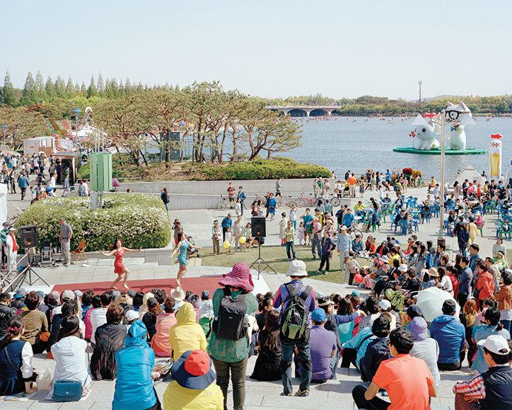 Ludzie zgromadzeni nad rzeką, oglądający pokaz taneczny