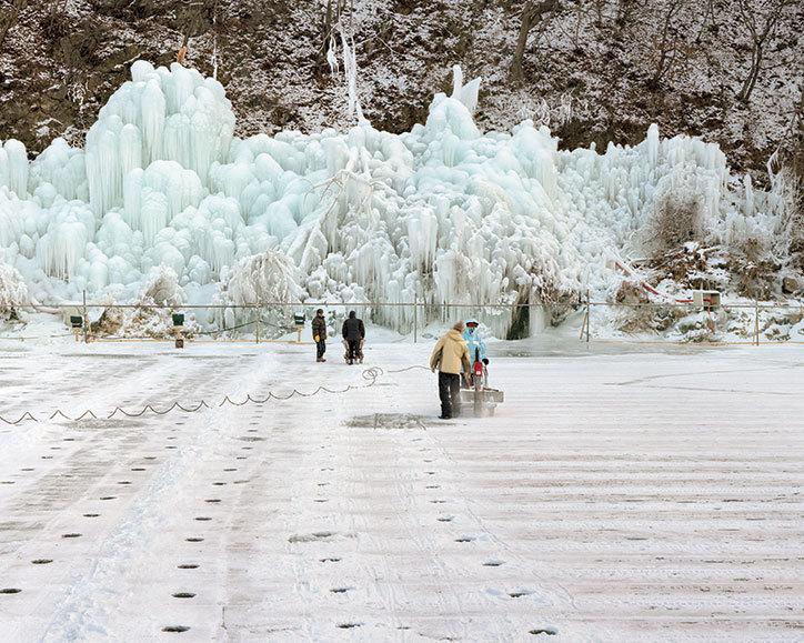 Zimowy krajobraz i ludzie w oddali