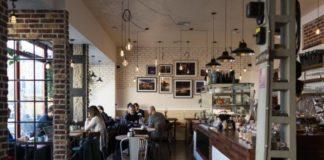 Industrialne wnętrze kawiarnii we Wrocławiu
