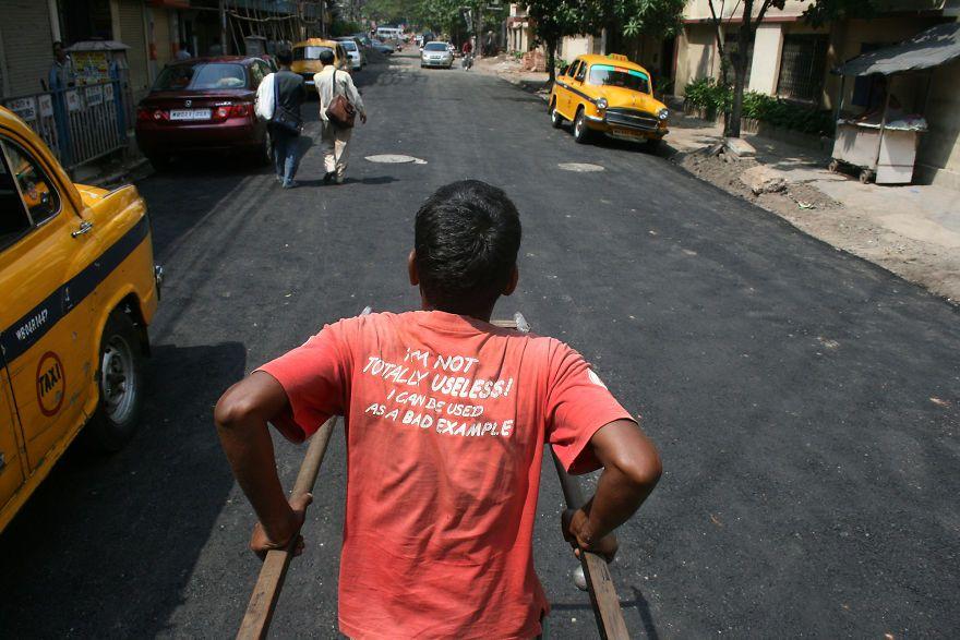 Mężczyzna stojący tyłem w koszulce z napisem