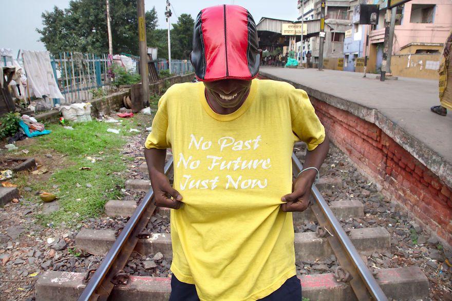 Chłopak w żółtej koszulce z napisem