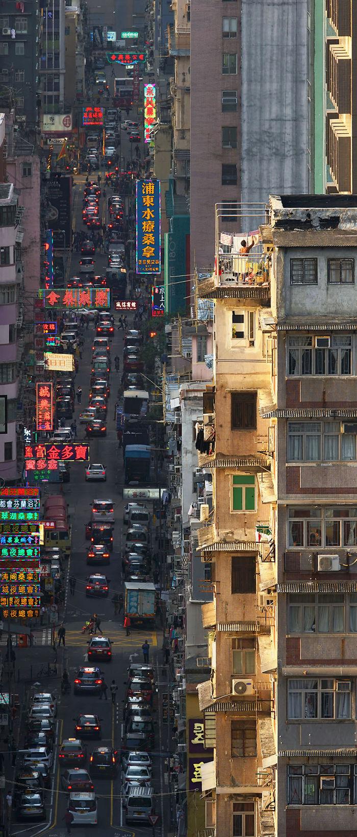 Zdjęcie bloków, balkonu i ulicy