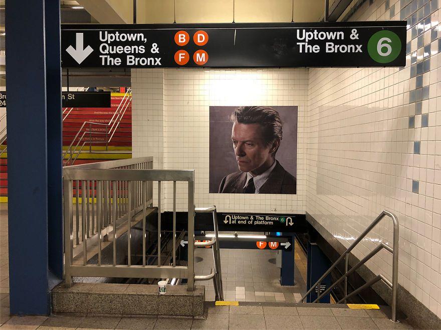 Stacja metra z portretem Davida Bowiego
