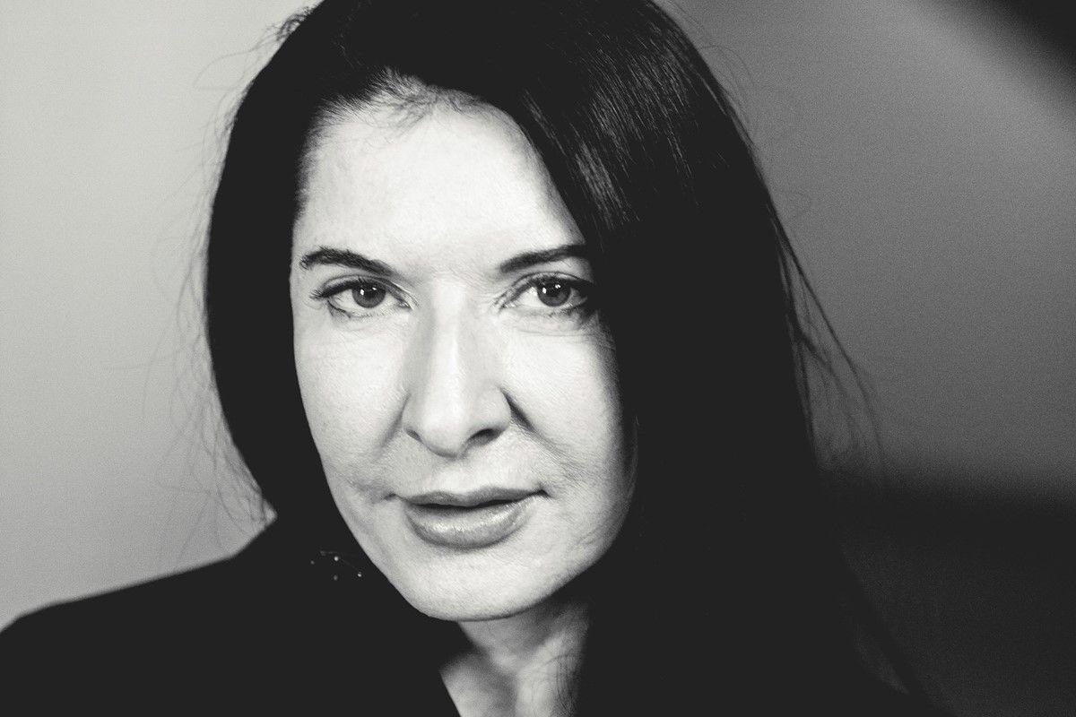 Czarno białe zdjęcie kobiety w średnim wieku z czarnymi włosami.