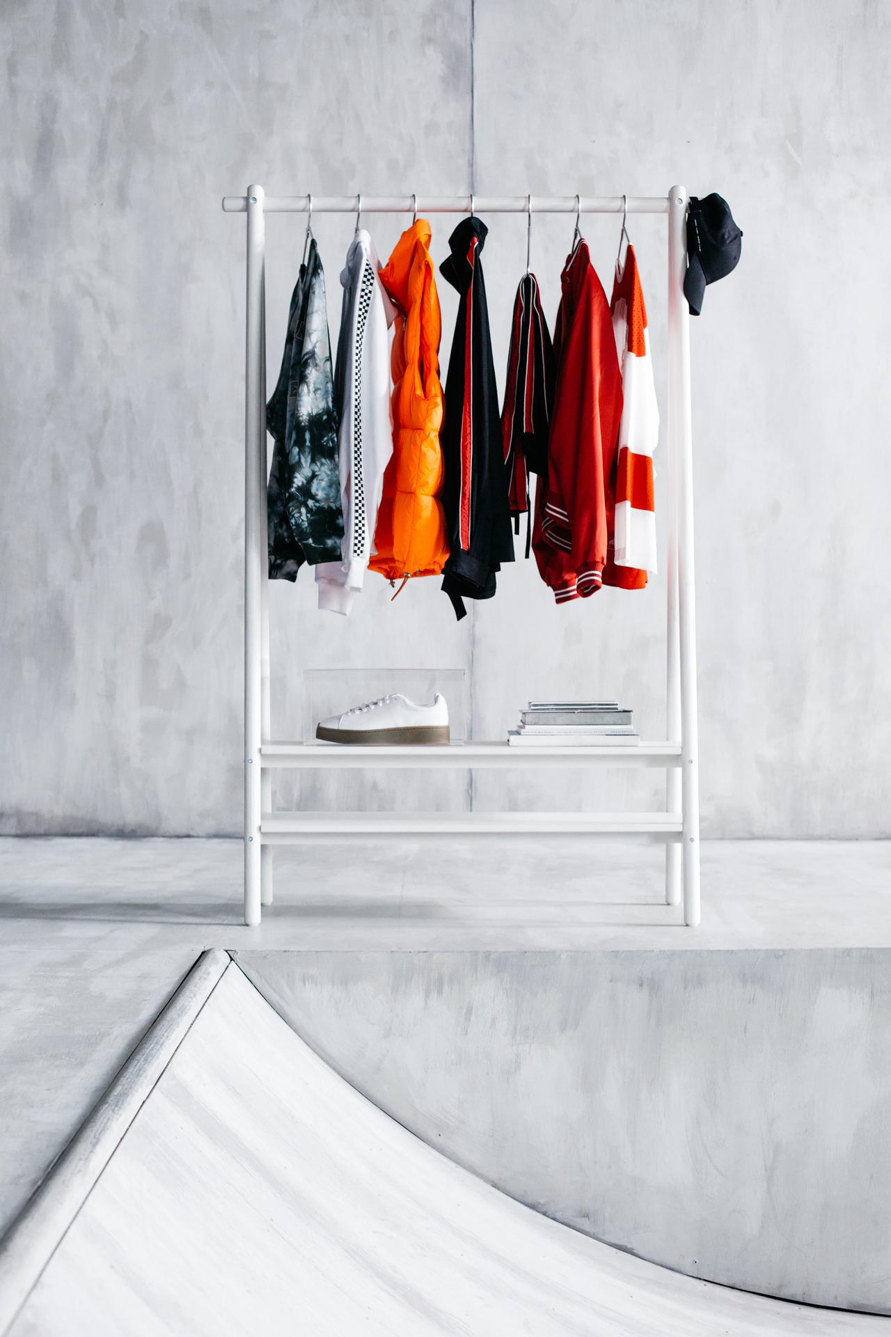 Biały wieszak na ubrania z kolorowymi ubraniami.