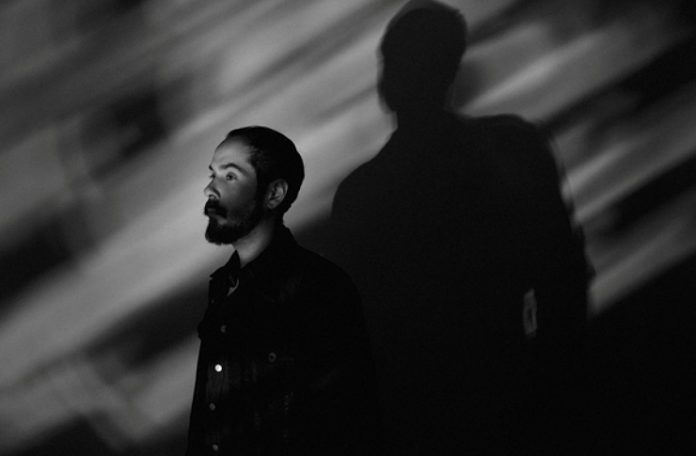 Czarno-białe zdjęcie mężczyzny stojącego profilem
