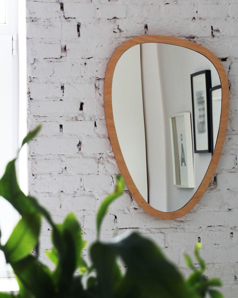 Zdjęcie lustra na białej ścianie z cegły i rośliny