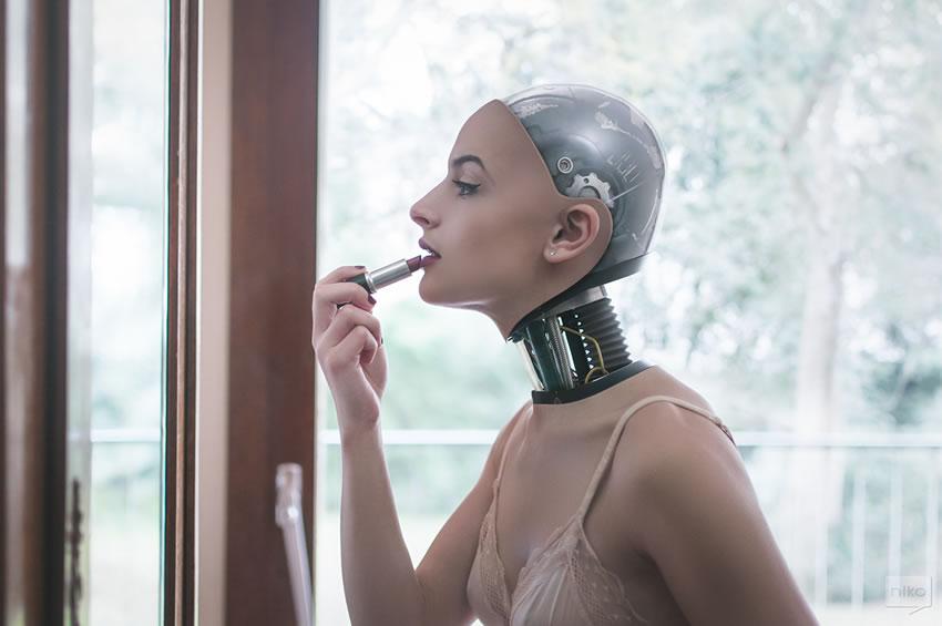 Dziewczyna-robot malująca usta