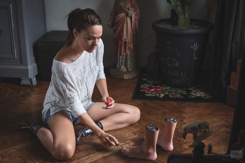Dziewczyna malują paznokcie u stóp, które sa oddzielone od reszty ciała