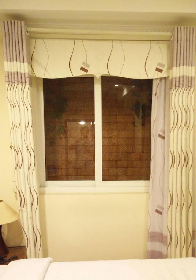 Okno, a za nim od razu sciana z cegieł