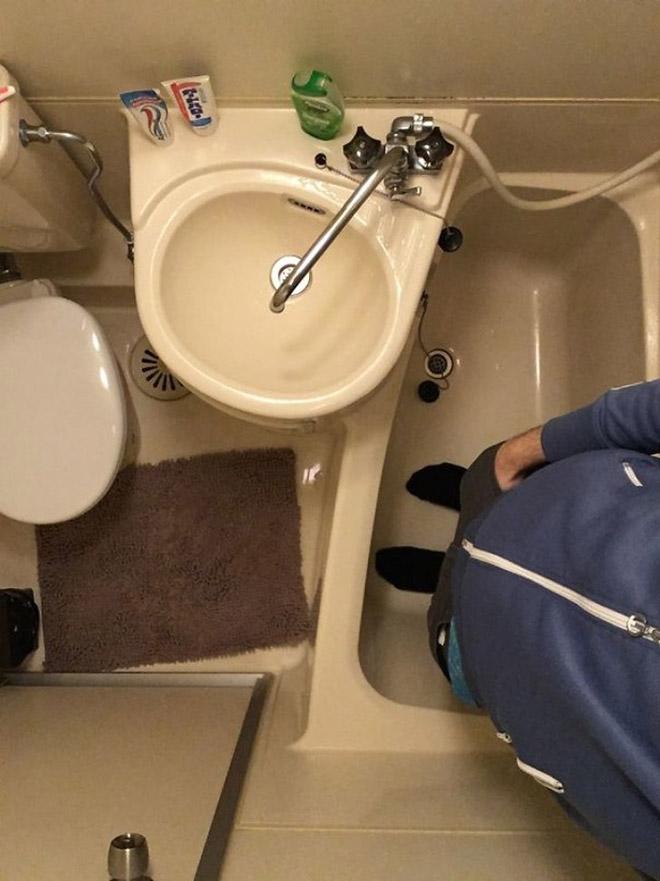 Mała lazienka z wanna, zlewem i toaletą