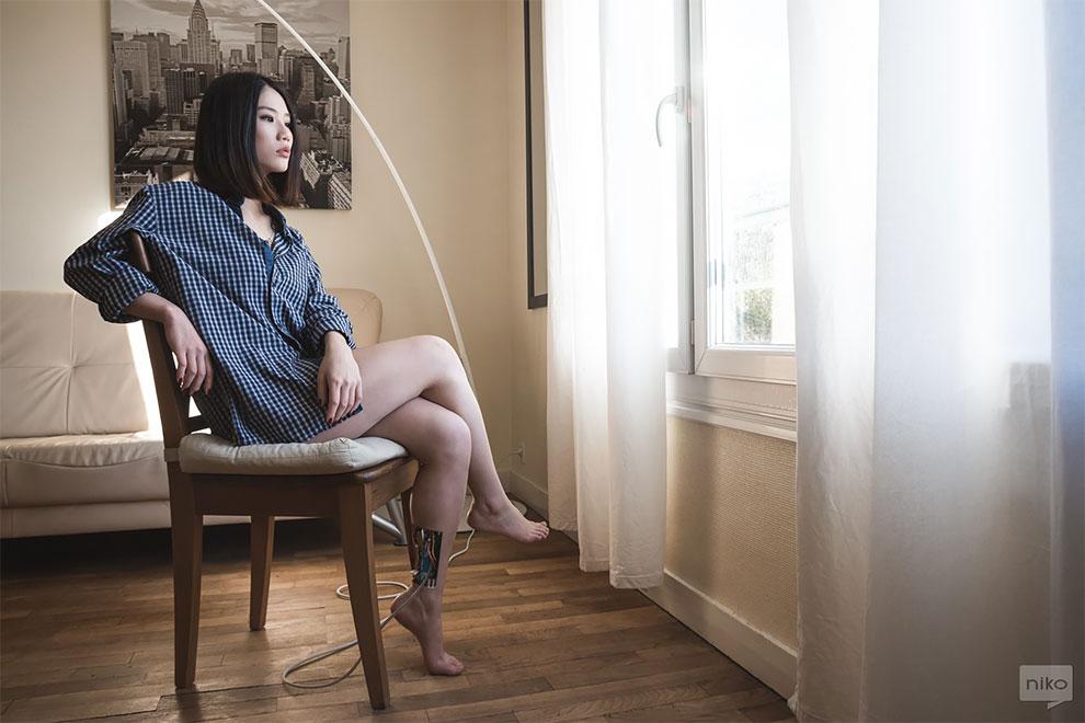 Dziewczyna z kablami wiszącymi z nogi
