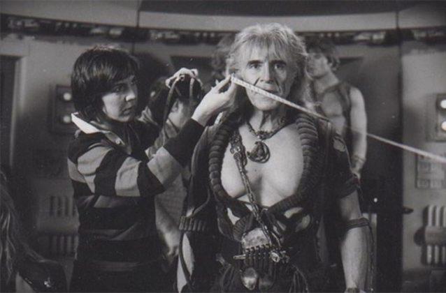 Czarno-białe zdjecie przedstawiające kobietę trzymającą miarkę przy mężczyznie