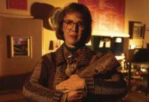 Kobieta trzymająca pieniek drewna w ramionach