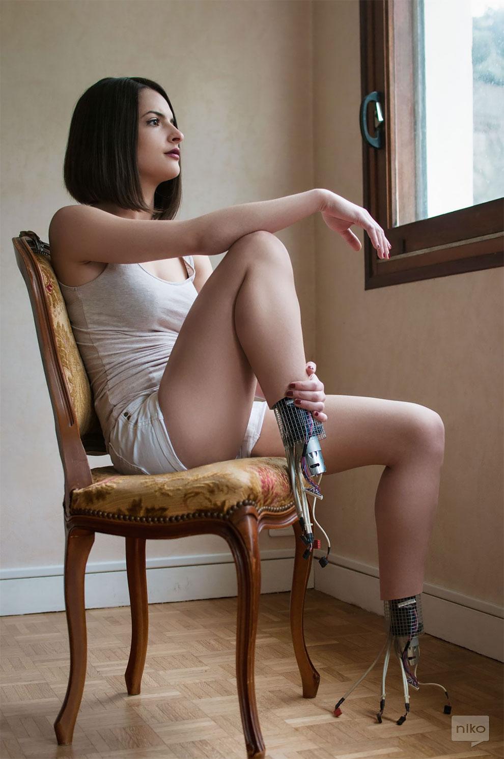 Dziewczyna siedząca na krześle z odczepionymi stopami
