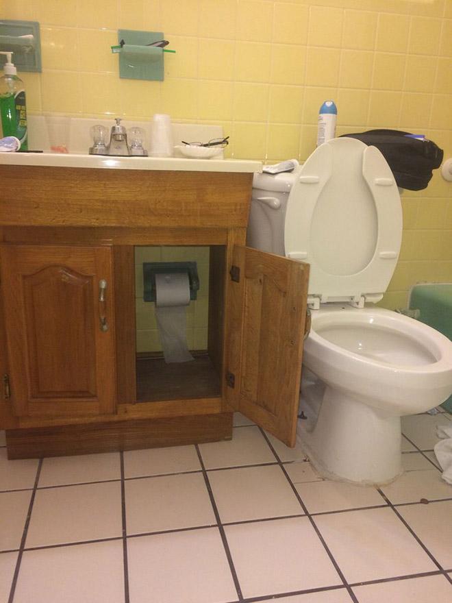 Zdjęcie szafki z papierem toaletowym, a obok toalety