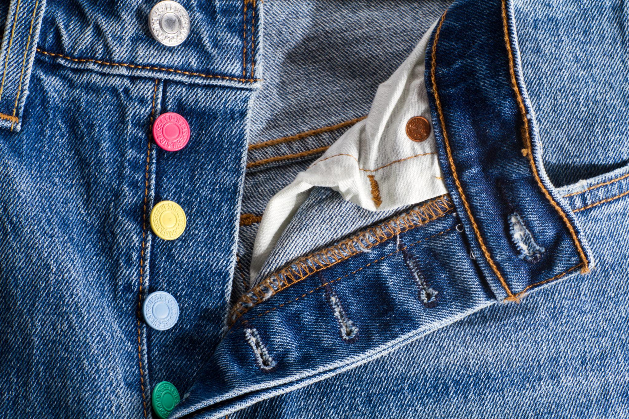 Jeansy z różnokolorowymi guzikami