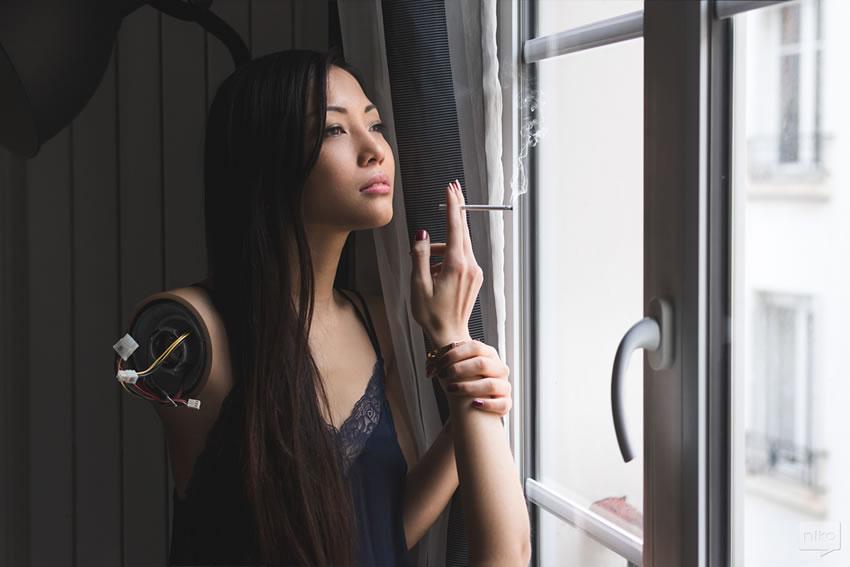 Dziewczyna trzymająca w ręku rękę z papierosem i kablami