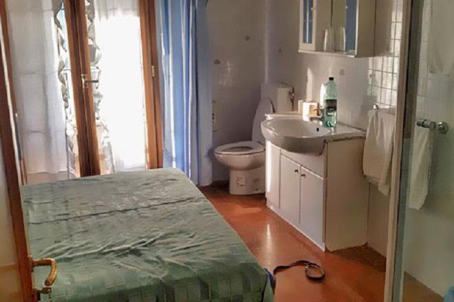 W jednym pokoju łóżko, zlew i toaleta
