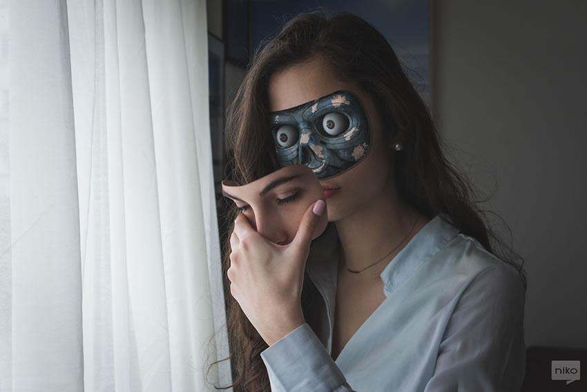 Dziewczyna trzymająca w ręku fragment twarzy z oczami