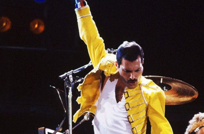 Mężczyzna w żółtej marynarce na scenie